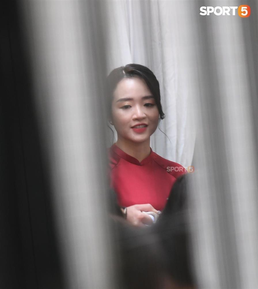 Cô dâu Xuân Trường diện áo dài đỏ, độ lồng lộn thua xa vợ Duy Mạnh-1