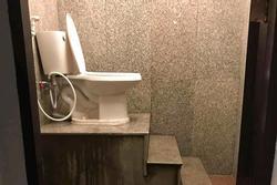 Cặp vợ chồng thiết kế nhà vệ sinh y chang 'nấc thang lên thiên đường'