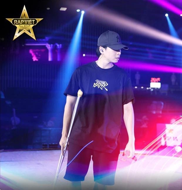Chân đứt dây chằng chéo, Karik vẫn chống nạng diễn cực sung tại Rap Việt Concert-2