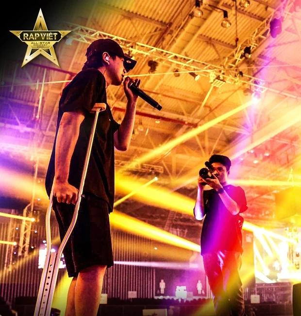 Karik chống nạng xuất hiện tại buổi tổng duyệt, vẫn quẩy tại Rap Việt Concert?-4