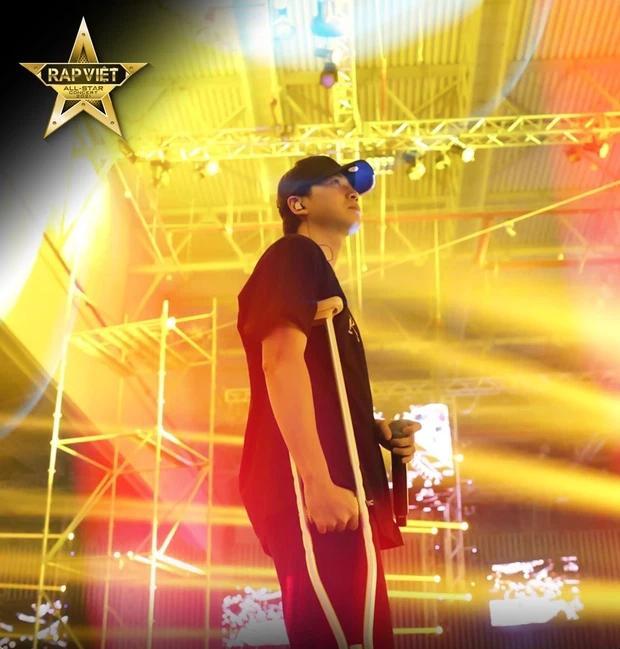 Karik chống nạng xuất hiện tại buổi tổng duyệt, vẫn quẩy tại Rap Việt Concert?-3