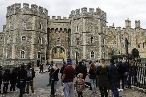 Nước Anh u buồn trước sự ra đi của Hoàng thân Philip và lo lắng cho tình hình Nữ hoàng-10