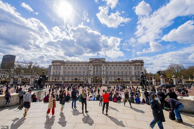 Nước Anh u buồn trước sự ra đi của Hoàng thân Philip và lo lắng cho tình hình Nữ hoàng-3