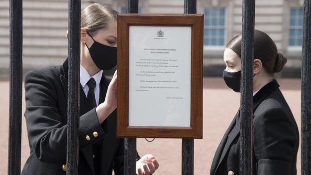 Nước Anh u buồn trước sự ra đi của Hoàng thân Philip và lo lắng cho tình hình Nữ hoàng-6