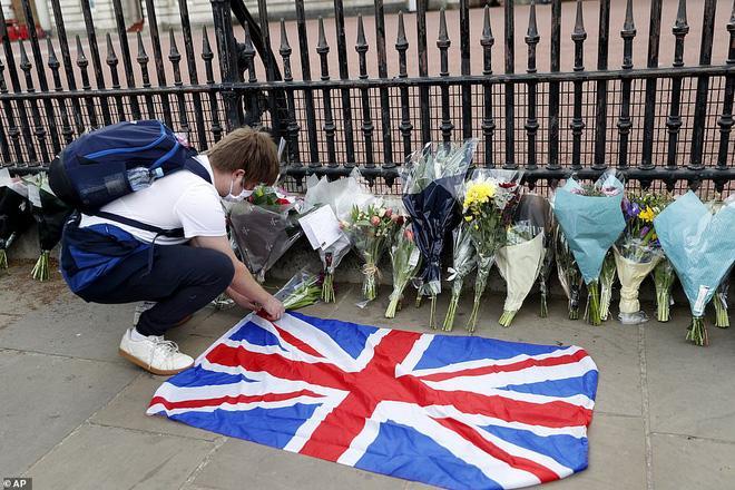 Nước Anh u buồn trước sự ra đi của Hoàng thân Philip và lo lắng cho tình hình Nữ hoàng-7