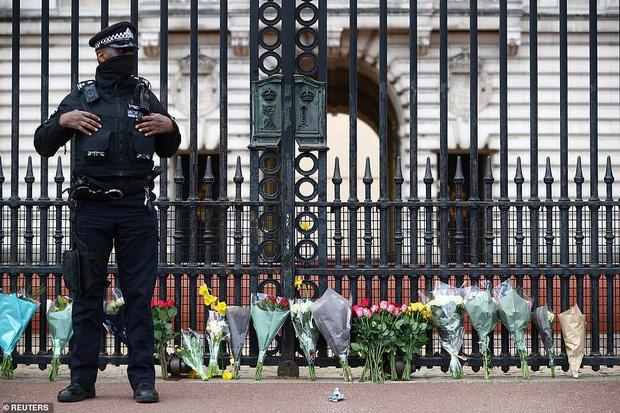Nước Anh u buồn trước sự ra đi của Hoàng thân Philip và lo lắng cho tình hình Nữ hoàng-8
