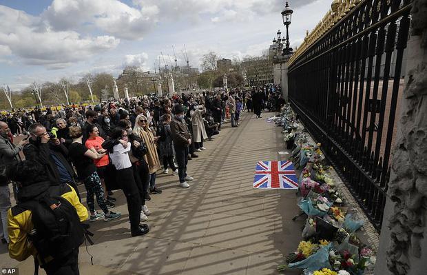Nước Anh u buồn trước sự ra đi của Hoàng thân Philip và lo lắng cho tình hình Nữ hoàng-9