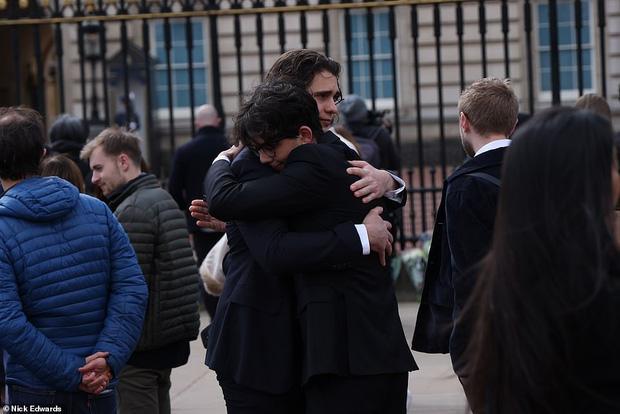 Nước Anh u buồn trước sự ra đi của Hoàng thân Philip và lo lắng cho tình hình Nữ hoàng-11