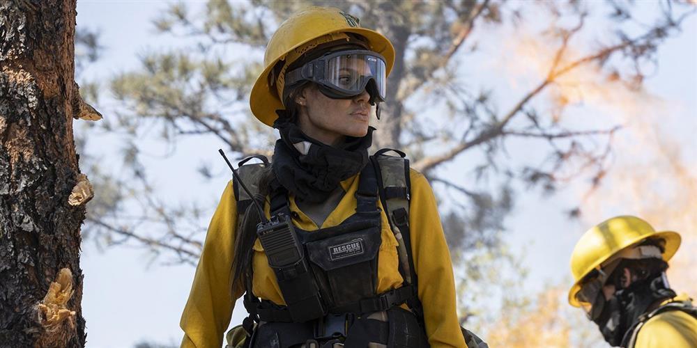 Chán Mã Lệ Phi Xuân, Angelina Jolie giờ là nữ cứu hỏa có làn môi gợi cảm-1