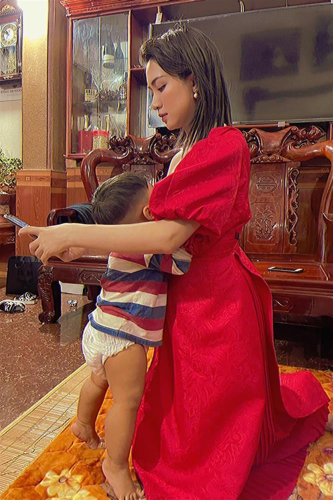 Hòa Minzy gây chú ý với hình ảnh quỳ cho con bú-1