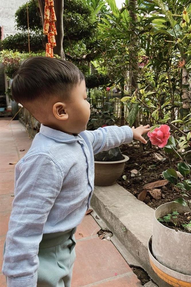 Hòa Minzy gây chú ý với hình ảnh quỳ cho con bú-7