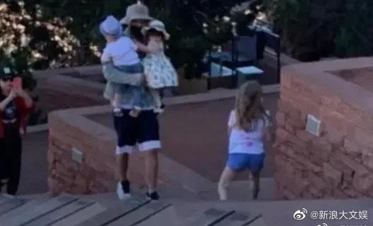 Lộ ảnh Trương Hằng đưa 2 con đi chơi tại Mỹ-3