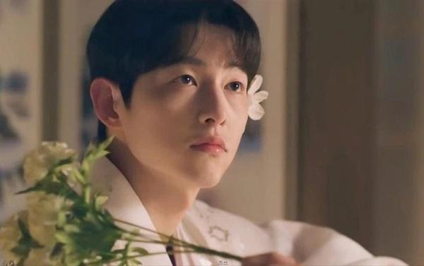 Song Joong Ki điên đảo với loạt ảnh cài hoa, môi đỏ khoe visual cực phẩm-2