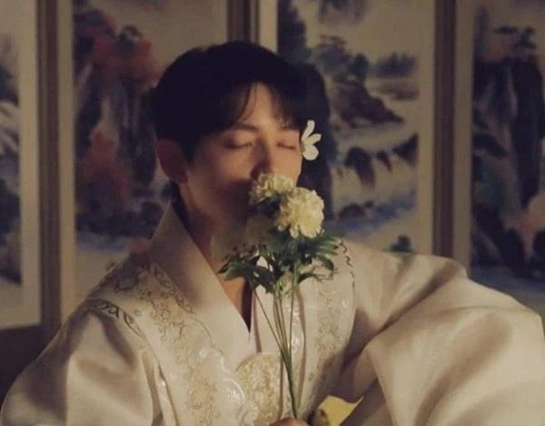 Song Joong Ki điên đảo với loạt ảnh cài hoa, môi đỏ khoe visual cực phẩm-3