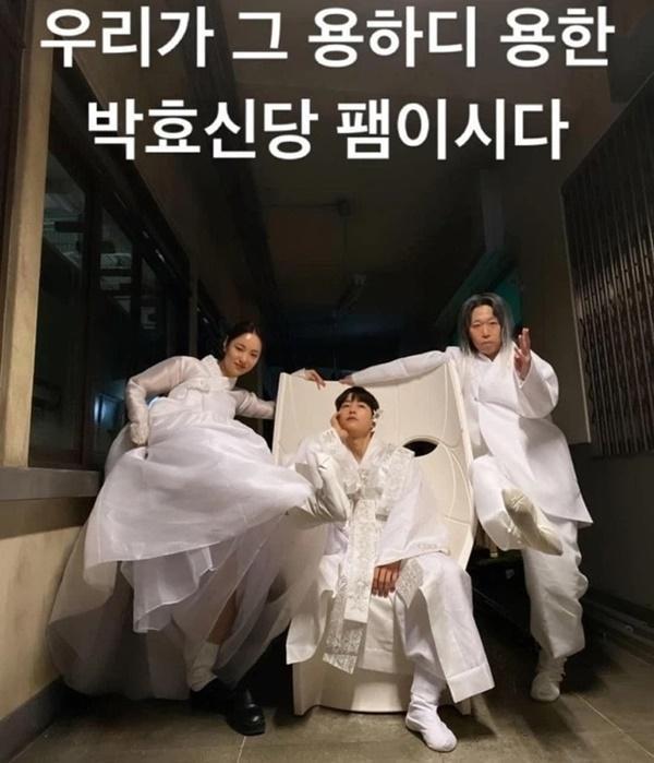 Song Joong Ki điên đảo với loạt ảnh cài hoa, môi đỏ khoe visual cực phẩm-5