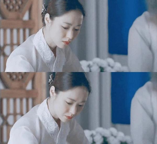 Song Joong Ki điên đảo với loạt ảnh cài hoa, môi đỏ khoe visual cực phẩm-6