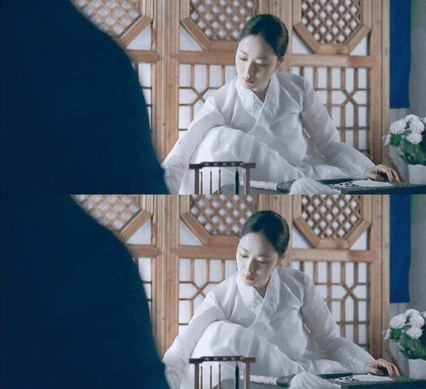 Song Joong Ki điên đảo với loạt ảnh cài hoa, môi đỏ khoe visual cực phẩm-7