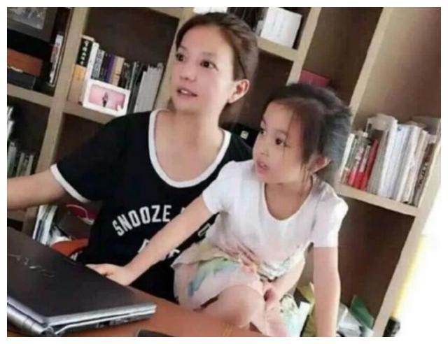 Triệu Vy bị chỉ trích ly hôn chồng xong cũng bỏ luôn con gái-1