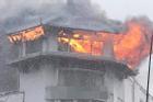 Khách sạn Đồng Khánh ở quận 5 TPHCM bốc cháy trong mưa