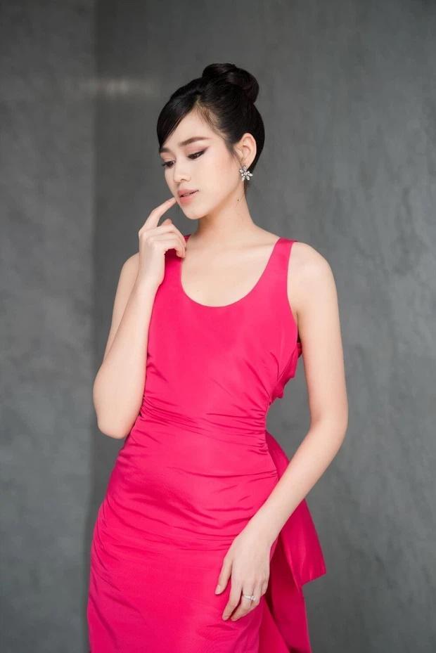 Đỗ Thị Hà lộ miếng dán ngực kém duyên trên sóng truyền hình-2