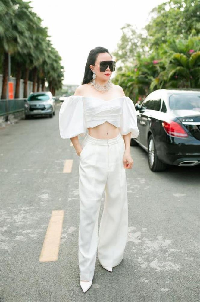 Phượng Chanel mặc croptop như gái teen khoe eo 63 cm-1