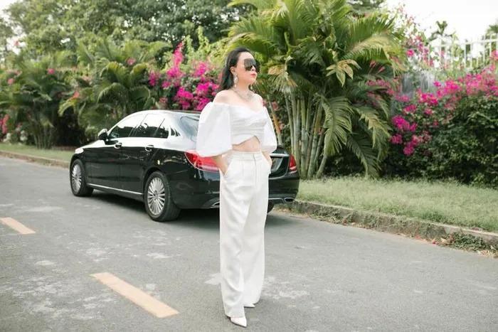 Phượng Chanel mặc croptop như gái teen khoe eo 63 cm-2
