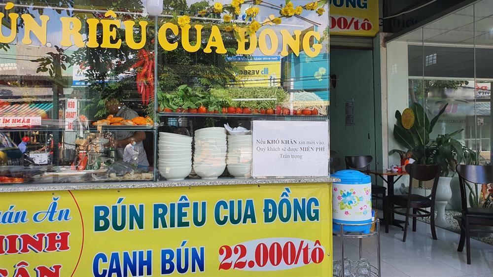 Quán bún riêu miễn phí ở Sài Gòn mời người nghèo đến ăn-1
