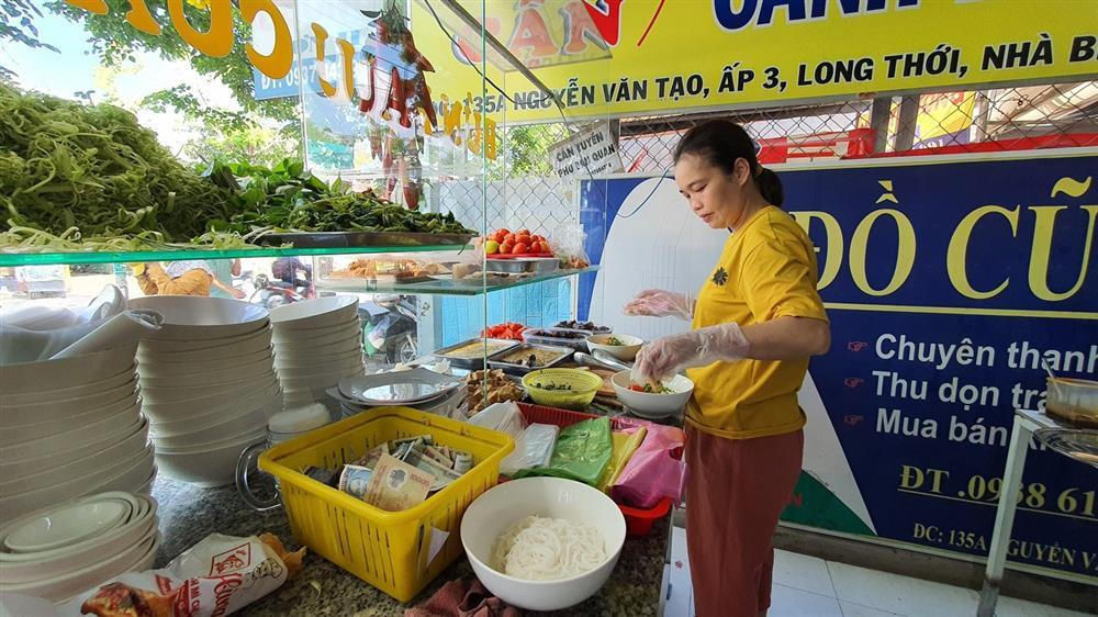 Quán bún riêu miễn phí ở Sài Gòn mời người nghèo đến ăn-2