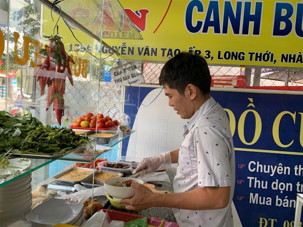 Quán bún riêu miễn phí ở Sài Gòn mời người nghèo đến ăn-3