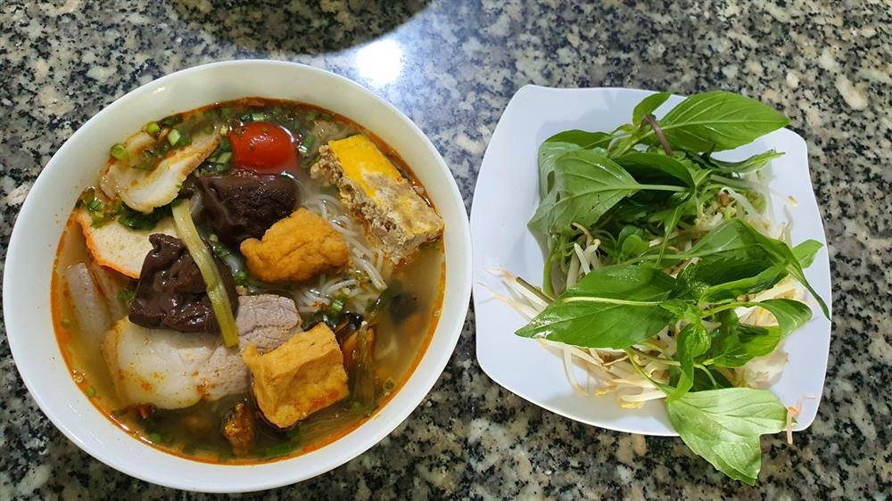 Quán bún riêu miễn phí ở Sài Gòn mời người nghèo đến ăn-4