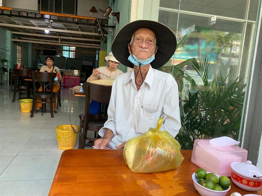Quán bún riêu miễn phí ở Sài Gòn mời người nghèo đến ăn-6