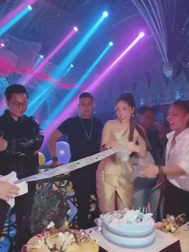 Ca sĩ được tặng dây tiền toàn 500.000 đồng: Chia tay bạn trai sau lễ đính hôn-1