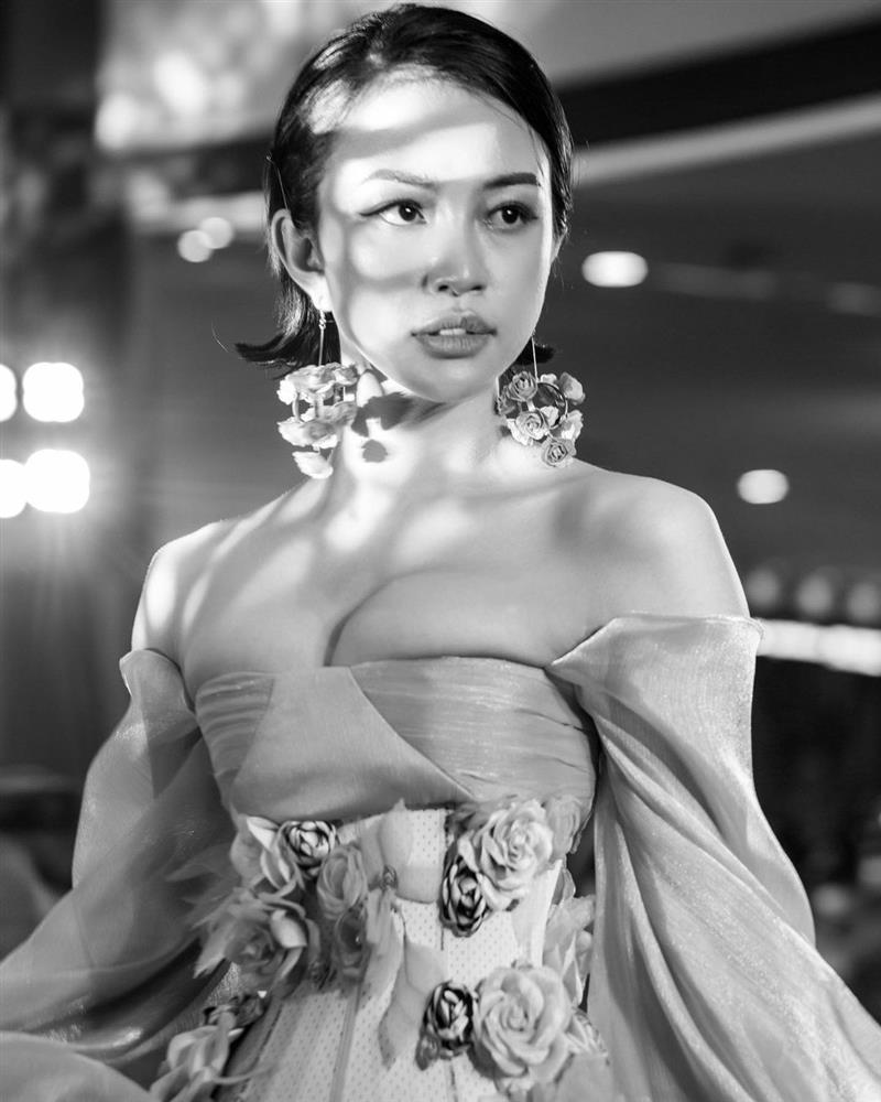 Ngộp thở với màn o ép vòng 1 đến méo mó của Thiên Nga The Face-4
