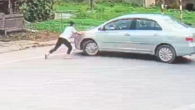Ô tô cướp 2 két bia, nữ sinh chặn đầu xe liền bị tài xế kéo lê 10m-2