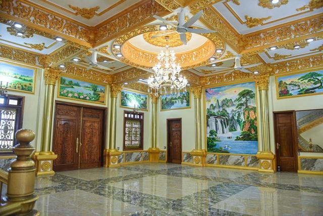 Cận cảnh tòa lâu đài choáng ngợp, chủ nhân mới 56 tuổi ở Hưng Yên-5