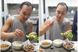 Đút đồ ăn cho mẹ nhưng anh chàng này lại gây tranh cãi vì hành động 'mất vệ sinh'