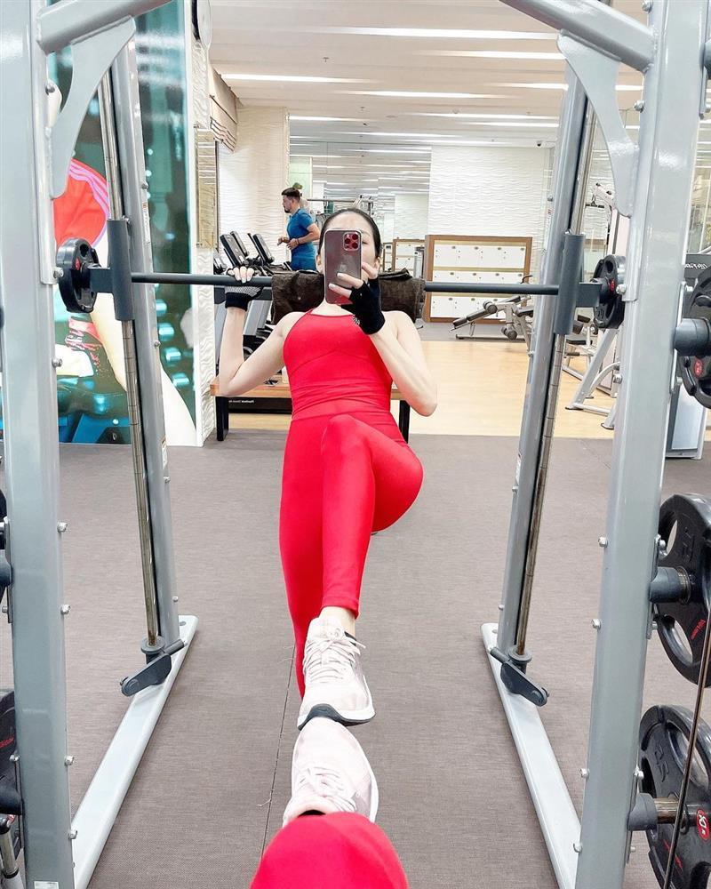 Lệ Quyên 7749 cách tạo dáng chẳng giống ai trong phòng gym-8