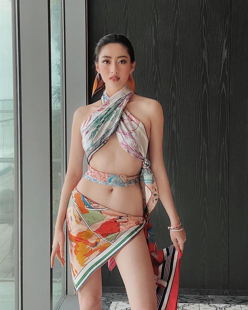 Lương Thùy Linh bị dọa đánh vì quấn khăn làm áo lộ chân ngực sexy-6