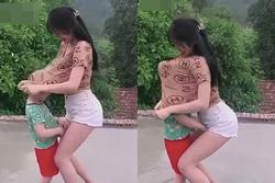 Cô gái gây tranh cãi kéo áo thun trùm lên đầu bé trai rồi ôm sát ngực
