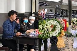 Tang lễ mẹ chồng Việt Hương: Xuân Bắc tới viếng, nghệ sĩ hải ngoại gửi vòng hoa