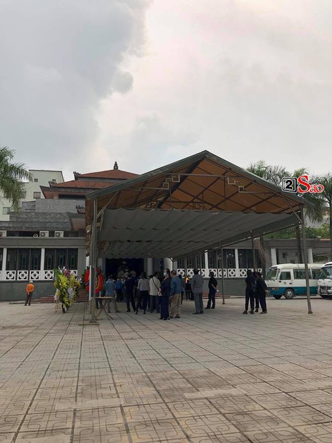 Tang lễ mẹ chồng Việt Hương: Xuân Bắc tới viếng, nghệ sĩ hải ngoại gửi vòng hoa-1