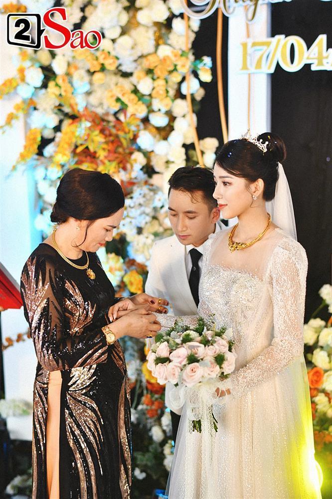 Vợ Phan Mạnh Quỳnh đeo vàng trĩu cổ trong tiệc cưới-6