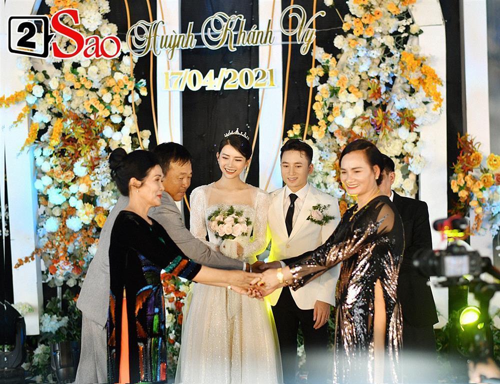 Vợ Phan Mạnh Quỳnh đeo vàng trĩu cổ trong tiệc cưới-7