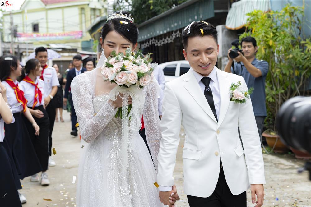 Vợ Phan Mạnh Quỳnh đeo vàng trĩu cổ trong tiệc cưới-2