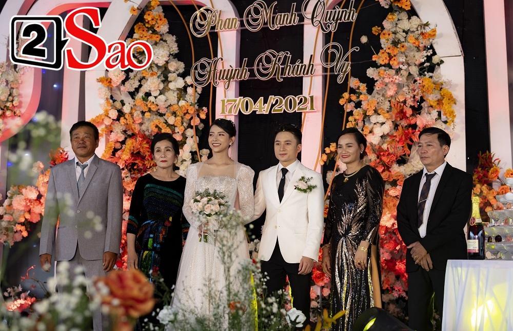 Vợ Phan Mạnh Quỳnh đeo vàng trĩu cổ trong tiệc cưới-8