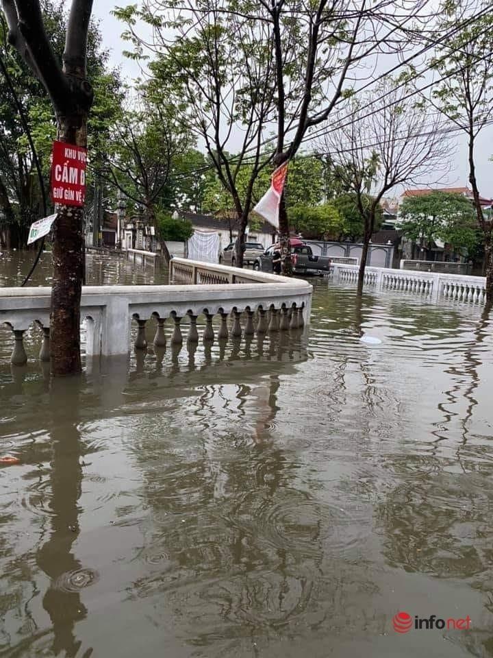 Mưa lớn, nước dâng ngập giường làng ven đô Hà Nội-4