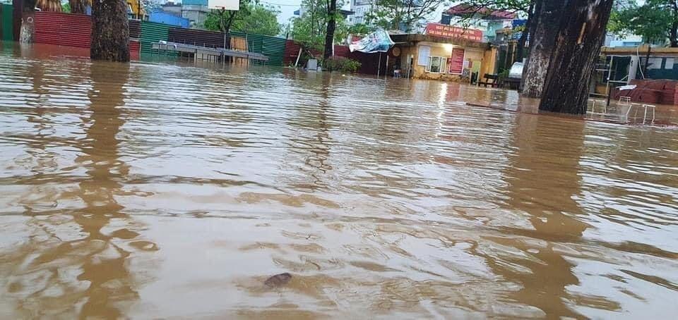 Mưa lớn, nước dâng ngập giường làng ven đô Hà Nội-6