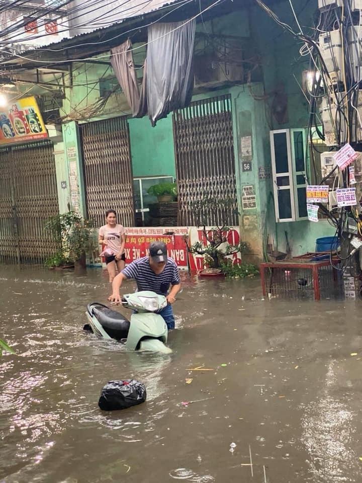 Mưa lớn, nước dâng ngập giường làng ven đô Hà Nội-9