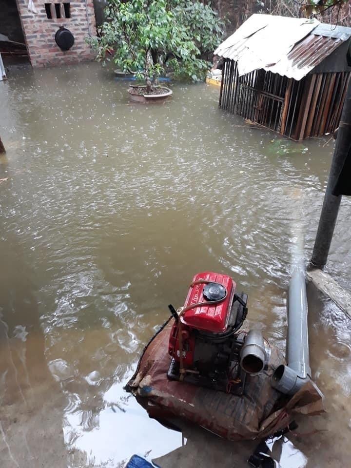 Mưa lớn, nước dâng ngập giường làng ven đô Hà Nội-11