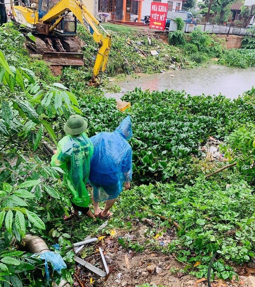 Mưa lớn, nước dâng ngập giường làng ven đô Hà Nội-12